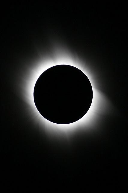 la luna nos es visible debido a la luz que recibe del sol