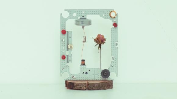 Dentro del marco de su diseño,  el aparato es concebido para una limitada vida, mientras, la naturaleza lucha contra su desintegración.